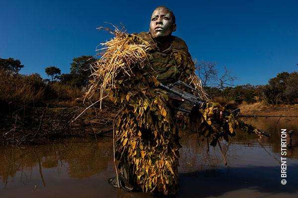 Akashinga - the Brave Ones. Petronella Chigumbura (30), Mitglied einer rein weiblichen Anti-Wilderer-Einheit namens Akashinga, nimmt im Juni 2018 im Phundundu Wildlife Park, Simbabwe, am Stealth- und Tarnungstraining teil. © Brent Stirton, Getty Images