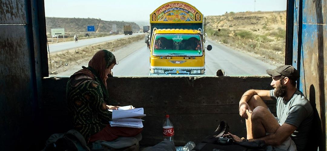 wir-trampen-auf-einem-truck-in-pakistan