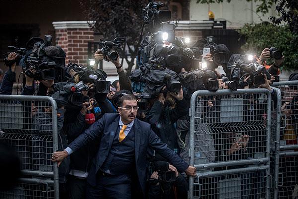 The Disappearance of Jamal Kashoggi. Ein unbekannter Mann versucht, Medienvertreter am 15. Oktober 2018 aufzuhalten, als saudische Ermittler im saudi-arabischen Konsulat in Istanbul, Türkei, ankommen. Die Aufregung ist Folge einer wachsenden internationalen Empörung aufgrund des Verschwindens des Journalisten Jamal Khashoggi. Wenig später gestand Saudi-Arabien die Tötung des Journalisten. © Chris McGrath, Getty Images